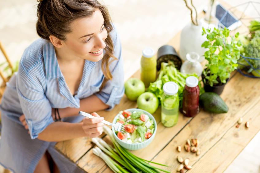 Bild_Woman eating healthy salad